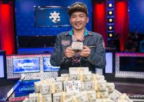 Qui Nguyen holding his golden bracelet after the WSOP 2016