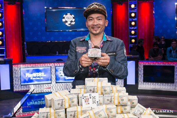Qui Nguyen holding his golden bracelet after the WSOP 2016